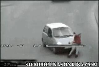 iaTlFe5I thumb5 - Cuando intentas simular un accidente y el del coche es más hijoputa que tú