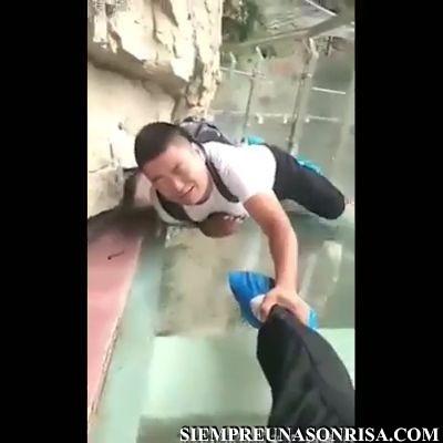 Viral Video Would you do this thumb106 - Gente cruzando puentes y muertos de miedo