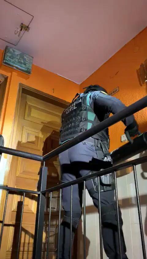 guardia civil, videos, puertas, derribar miniatura