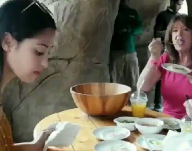 Una comida muy familiar con mi jirafa !!!