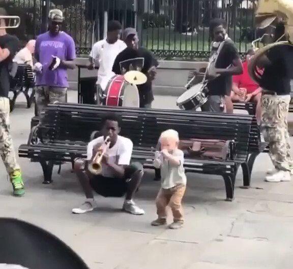 Cuando vives la música desde pequeño !!