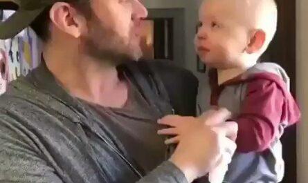 Bebé tratando de hacer Beatbox con su padre