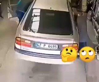 Cuidado cuando ayudes a empujar un coche