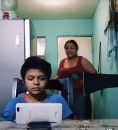 Te está viendo mi maestra, mamá – Clases online