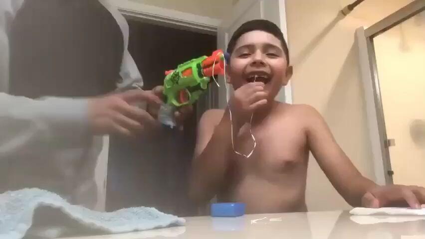 Cada uno le saca el diente a su hijo como quiere..