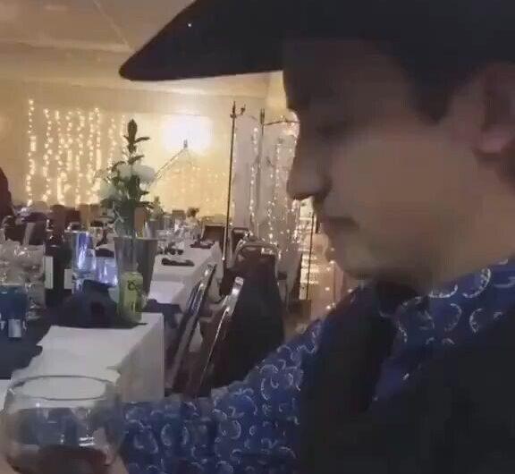Este hombre sumiller Tiene estilo para probar el vino